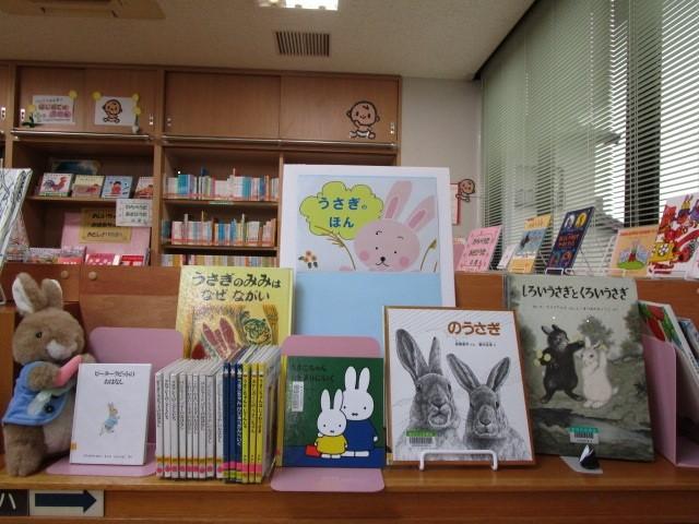 うさぎが登場する本を集めた児童書特設コーナーの写真