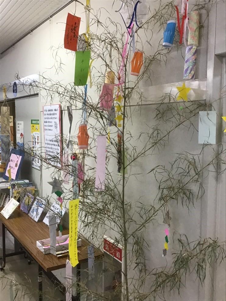 豊岡図書館の七夕の笹の写真