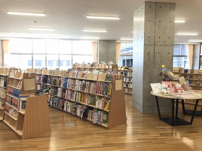 ながふじ図書館内の書架の様子