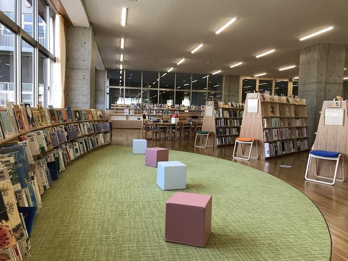 ながふじ図書館内の書架の写真②